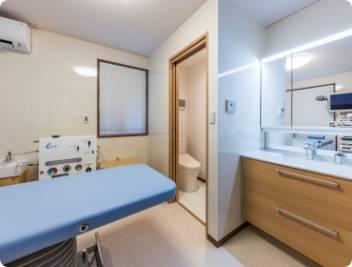 内視鏡検査室のドレッサーと個室トイレ